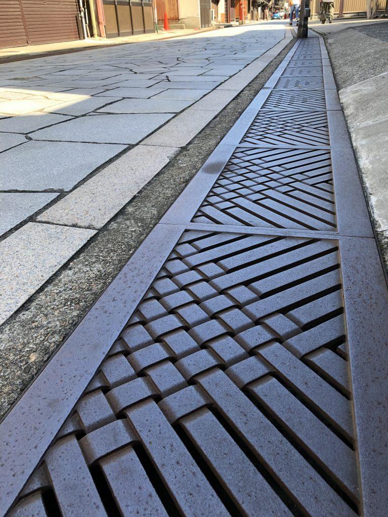 石畳と鉄の側溝蓋