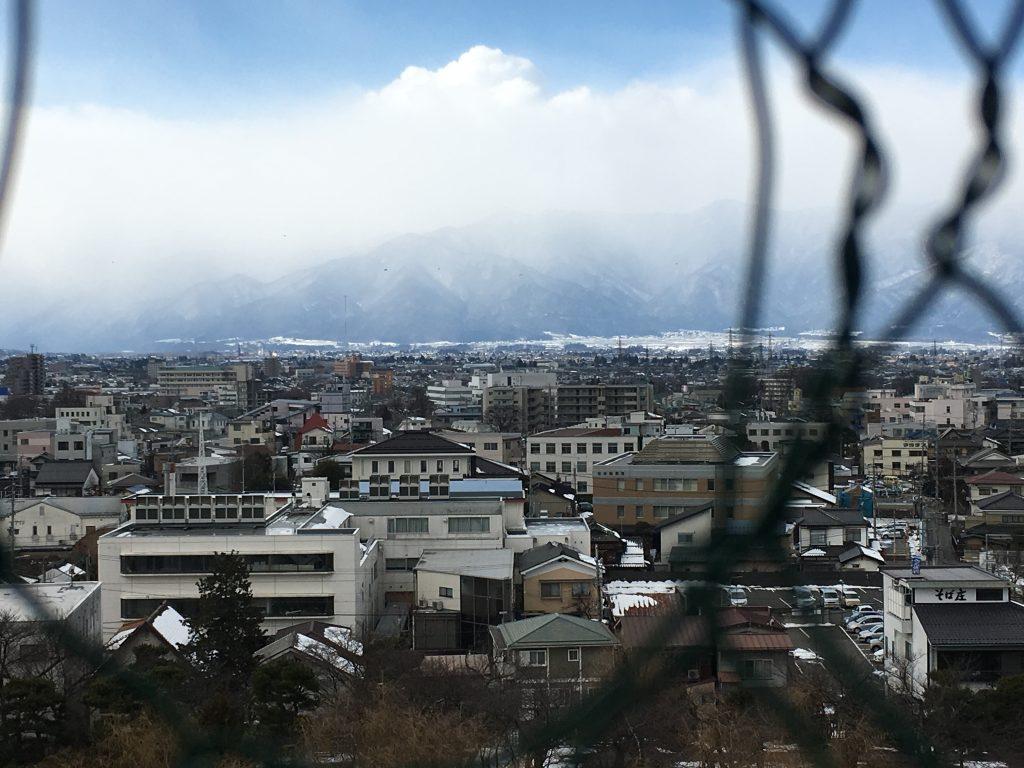 松本城の天守閣から乗鞍岳方面を撮影