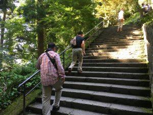 約1000段の階段を登る
